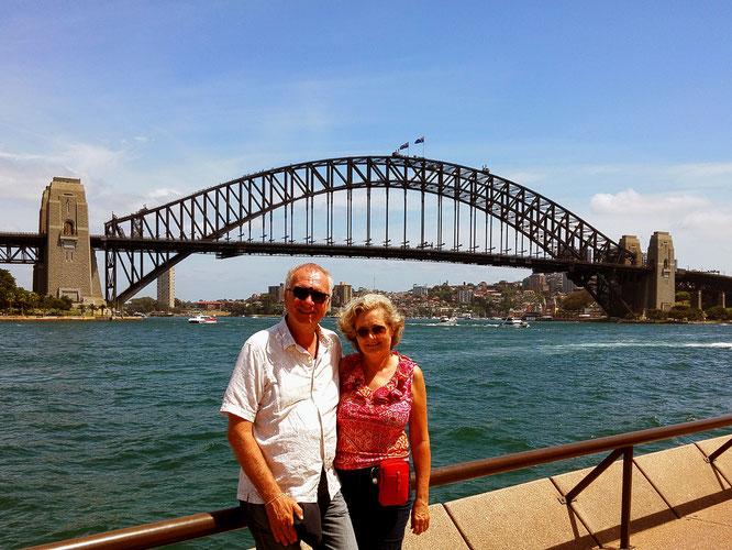 Im Hintergrund die am 19. März 1932 offiziell eröffnete Sydney Harbour Bridge