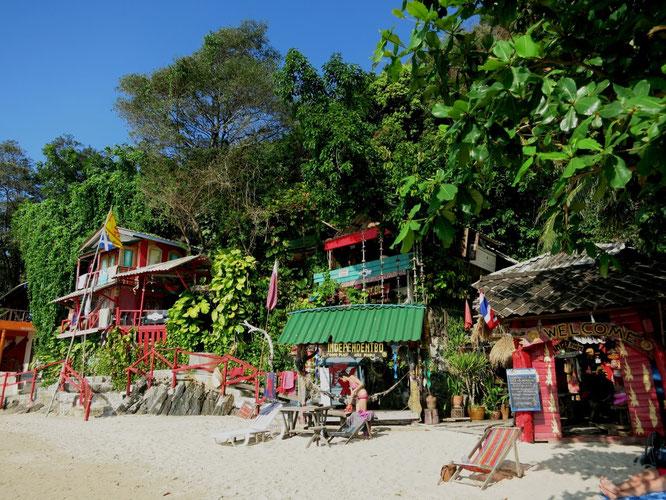 Im nördlichen Teil des White Sand Beach erinnern uns noch ein paar Strandhäuser an 1999
