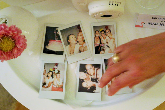 Bild: Viele Ideen für eine Flamingoparty in gold und pink mit Deko, Rezepten für Partyfood und einfachen DIY's, Fotoecke mit Instax mini Sofortbildkamera, gefunden auf Partystories.de