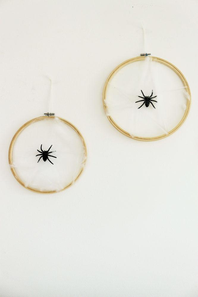 Bild: DIY Halloween Deko Idee – mit dieser Anleitung einfach ein Spinnennetz als Halloween Party Deko aus Stickrahmen und Watter selber machen, gefunden auf dem DIY Deko und Partystyling Blog www.partystories.de // #Halloween #Halloweendeko #diyHalloween
