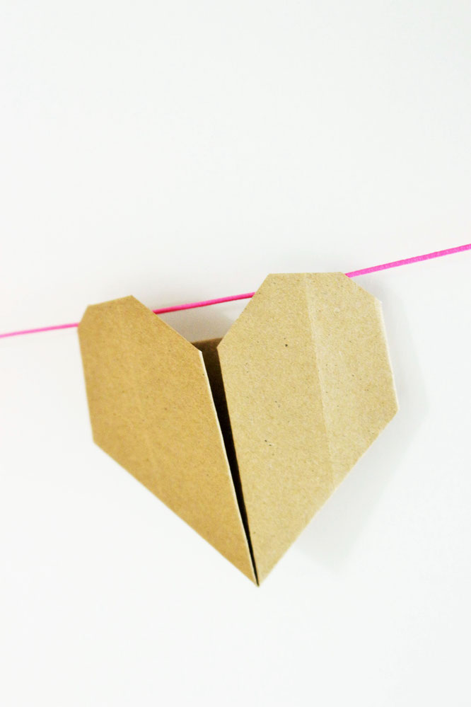Bild: DIY Origami Herzen zum Valentinstag oder die Hochzeit, als Girlande, Kuchentopper oder Geschenkanhänger, mit Bastelvorlage von Partystories.de