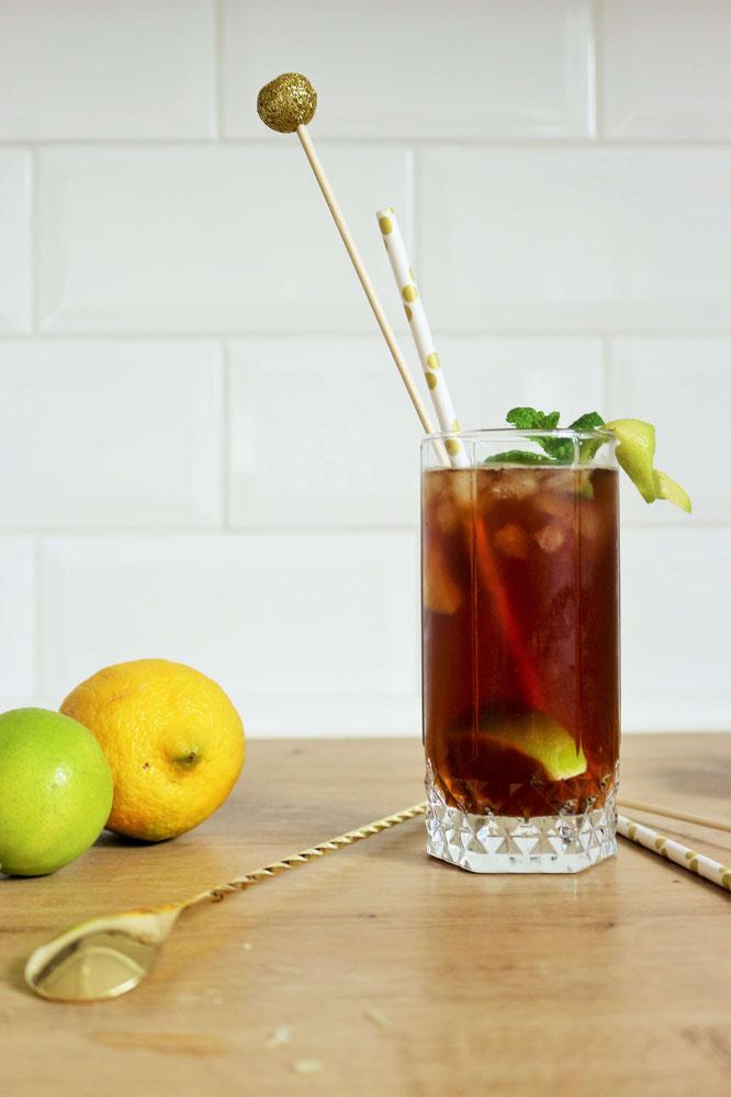 Bild: Gin-Tonic-Kaffee Cocktail Rezept – Gin-Tonic einfach mal anders, mit kaltem Kaffee, servieren. Das Trendgetränk als cold brew Coffee Cocktail, perfekt für jede Party! // Rezept und Anleitung von partystories.de // #gintonic #coldbrew #coffeecocktail