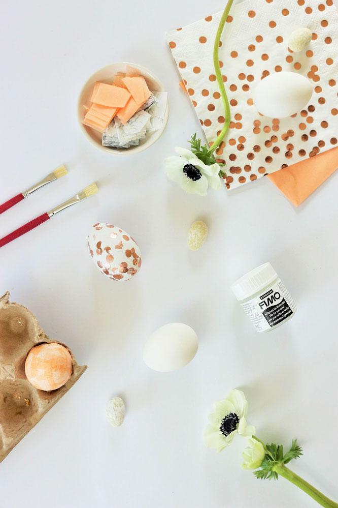 • Bild: DIY Dekoration für Ostern – Ostereier mit Servietten und Blattgold basteln, die Alternative zum Ostereier bemalen; Ideen und Anleitung gefunden auf www.partystories.de