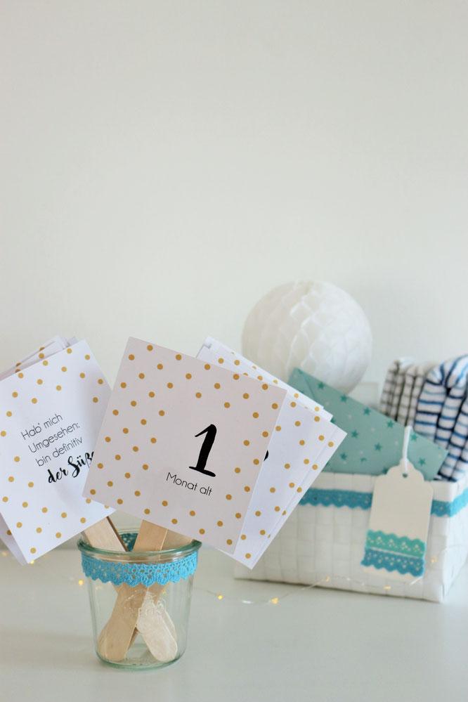 Bild: // DIY Baby Meileinstein Karten // Mit dieser Bastelanleitung und Freebie Bastelvorlage kannst Du deine ganz eigenen Baby Milestone cards als Geschenk Idee zur Schwangerschaft oder Geburt selber machen, gefunden auf www.partystories.de