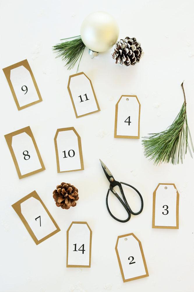 Bild: DIY Adventskalender mit Papiertüten zum Aufhängen selber machen - mit Freebie Bastelvorlage für Adventskalenderzahlen von Partystories.de // #Advent #Adventskalender #DIYadventskalender #DIYdeko