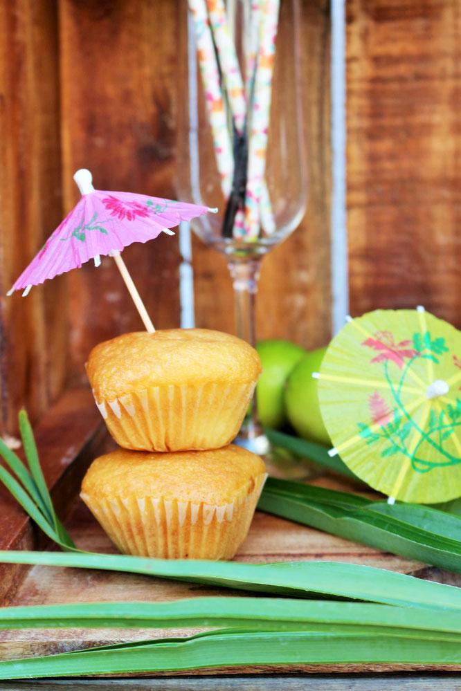 Bild: DIY Cocktailschirmchen Kranz – schöne Sommer Deko und Garten Deko aus Cocktailschirmchen selber basteln; gefunden auf Partystories.de