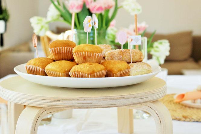 Bild: DIY Kuchen Etagere - mit diesem IKEA FROSTA Hocker Hack eine schöne Kuchen Etagere für die Party oder Hochzeit selber machen; Anleitung von www.partystories.de