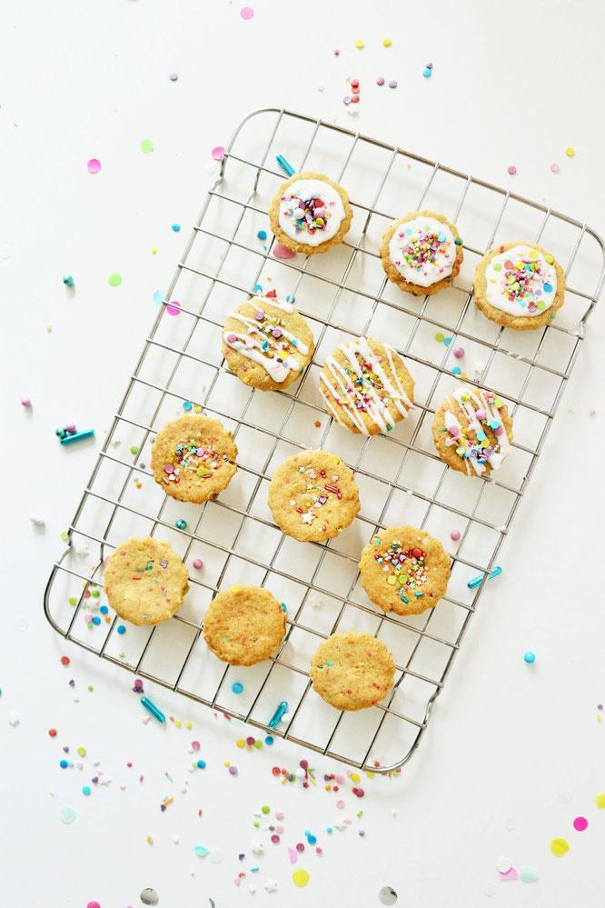 Bild: Funfetti Cookies Rezept – so einfach und mit nur 4 Zutaten ganz schnell bunte Streusel Kekse samt Drip für die Party, einen Kindergeburtstag, die Einschulung oder für den Sweettable bzw. eine Candybar backen // Kreativblog Partystories.de