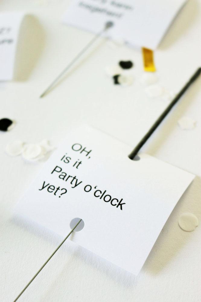 Bild: DIY Silvester Party Deko Idee - Wunderkerzen Anhänger für die Silvester Party mit dieser Freebie Bastelvorlage und Anleitung super einfach selber machen // gefunden auf www.partystories.de // #Wunderkerzen #Silvesterparty #Silvesterdeko #diydeko
