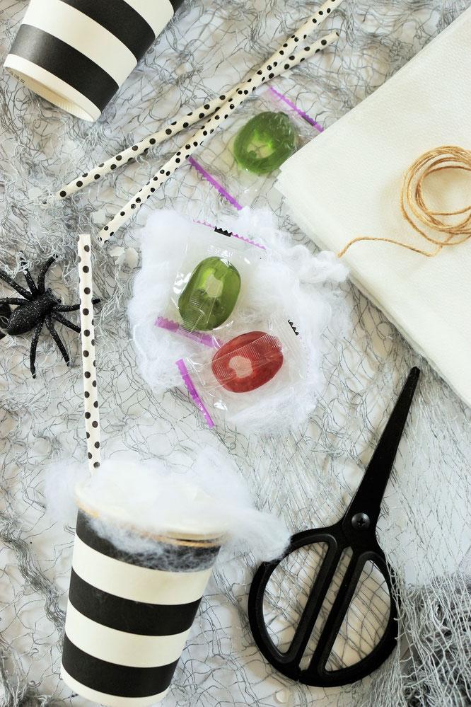 Bild: Eine schnelle last-minute Idee, um Halloween Süßigkeiten zu verpacken - als Cocktail mit Watte im Pappbecher. Noch mehr Halloween Deko Ideen zum Feiern gibt's auf www.partystories.de