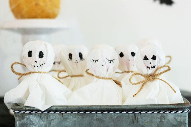 Bild: Eine schnelle last-minute Idee, um Halloween Süßigkeiten zu verpacken: Als Geister-Lutscher samt Servietten, gefunden auf www.partystories.de