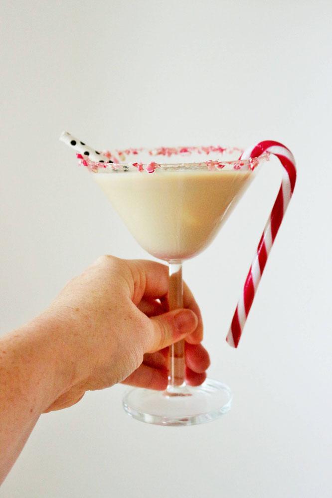 Bild: Dieses Rezept für einen leckeren und cremigen Candy Cane Cocktail mit Zuckerstangen solltest Du unbedingt im Advent und an Weihnachten mal probieren! gefunden auf www.partystories.de
