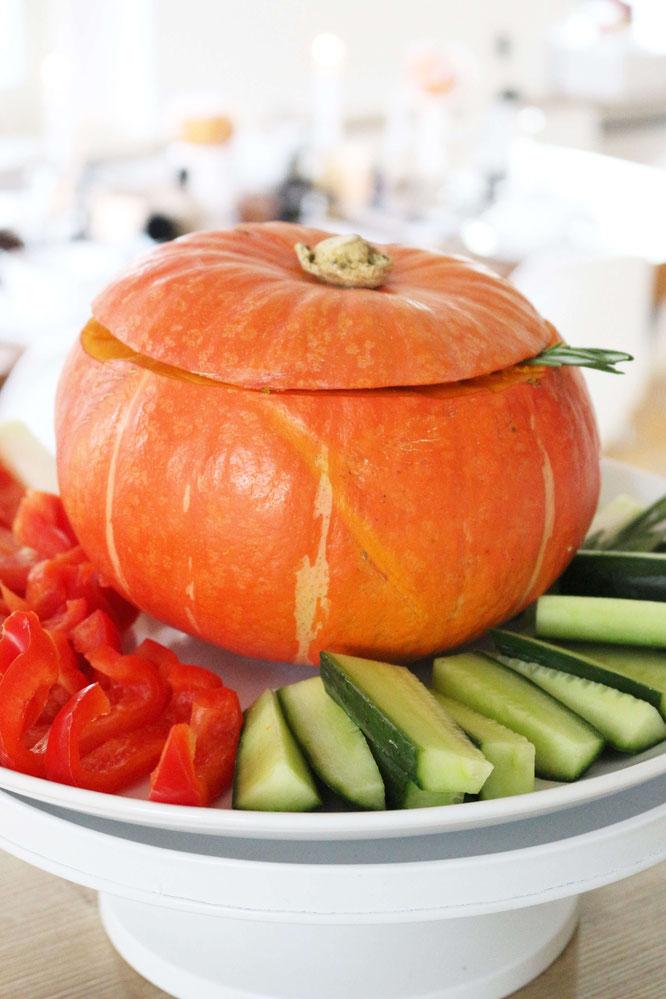 Bild: Rohkostplatte als Partyfood mit Dip aus dem Kürbis - leckeres und einfaches Rezept für den Herbst und Halloween; gefunden auf www.Partystories.de