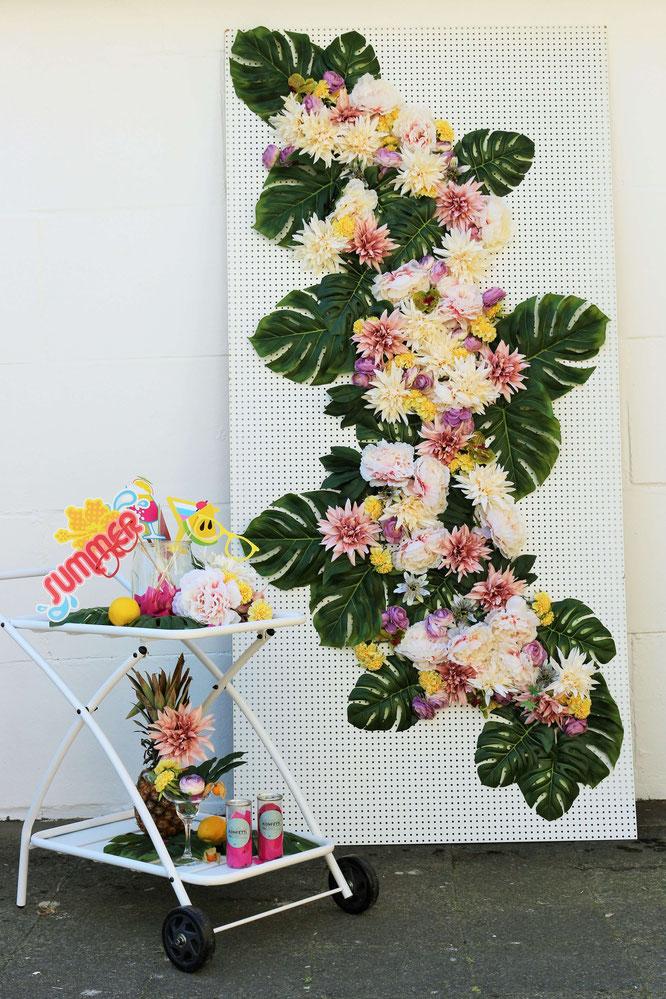 Bild: Ideen für eine Tropical Sommer Party - So einfach eine schöne tropische Party mit DIY Deko, Essen und Getränken für jeden Anlass umsetzen und feiern // tropische DIY Fotowand als Photobooth Ecke // www.partystories.de