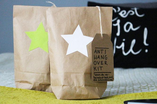 Bild: Feiern ohne Katerstimmung - DIY Geschenk Anti Hangover Kit, eine schnelle Geschenkidee zum JGA, der Hochzeit, an Silvester oder als Gastgeschenk zum selber machen, gefunden auf www.Partystories.de