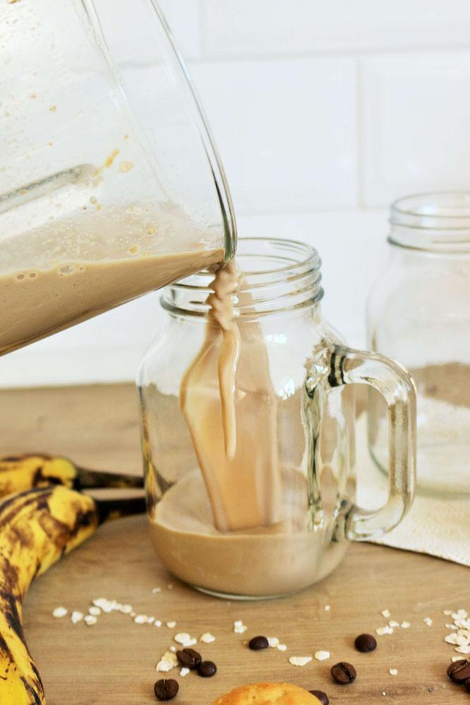 Bild: Kaffee Smoothie – mit diesem Rezept einen gesunden Kaffee Smoothie mit Banane, Haferflocken und kalten Kaffee zum Frühstück, als Frühstück-Bowl oder für einen Brunch ganz einfach selber machen // Rezept von www.partystories.de // #Rezept #Brunch
