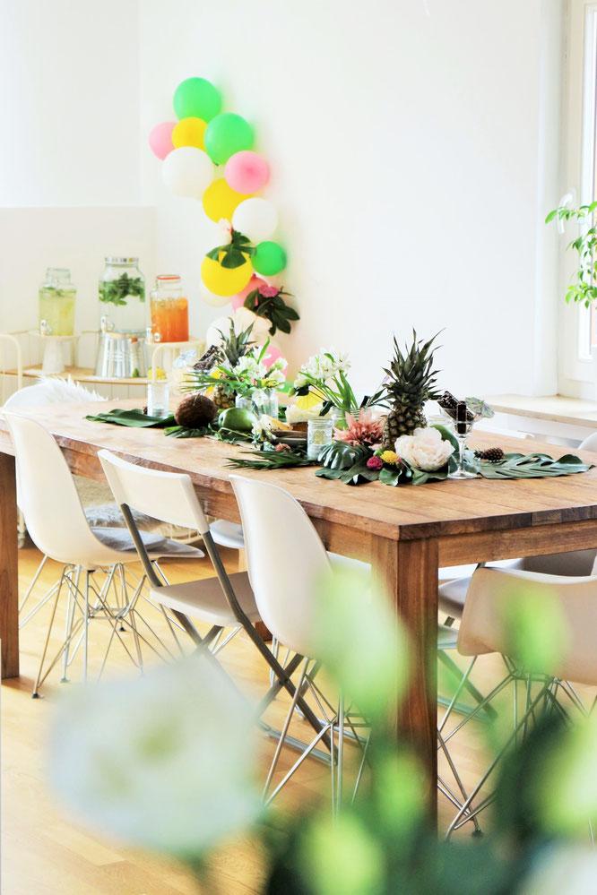 Bild: Ideen für eine Tropical Sommer Party - So einfach eine schöne tropische Party mit DIY Deko, Essen und Getränken für jeden Anlass umsetzen und feiern // tropische Dekoration mit Blumen und Früchten // www.partystories.de