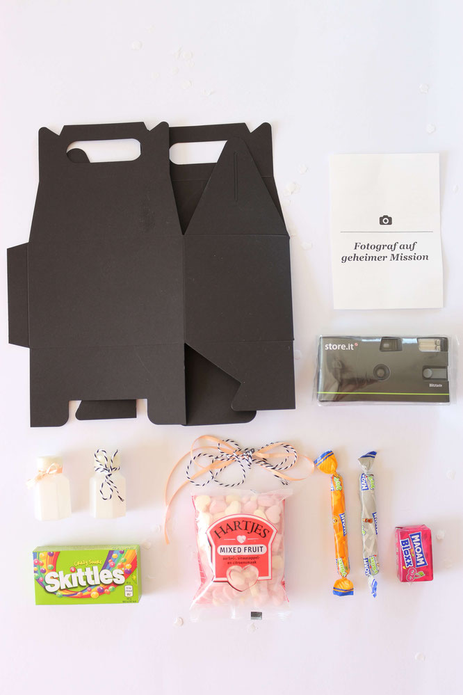 Bild: So einfach kannst Du eine DIY Kinder Aktivitäten und Spiele Box als Idee für die Hochzeit oder eine Party selber basteln. Inklusive Freebie Bastelvorlage für zum Ausdrucken als Geschenkanhänger; gefunden auf www.partystories.de