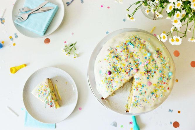 Bild: Funfetti Ruehrkuchen Rezept // So einfach einen bunten Kuchen mit Streuseln backen – perfekt zur Einschulung, den Kindergeburtstag, oder eine bunte Funfetti-Konfetti Party // Rezept & Fotos vom Kreativblog Partystories.de Düsseldorf // #Kuchenrezept