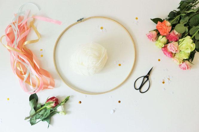 Bild: DIY Deko Girlande zum Geburtstag, für eine Party oder die Hochzeit - Mit dieser Anleitung eine schöne Girlande aus Seiden- oder Geschenkband einfach selber basteln! // gefunden auf Partystories.de // in Kooperation mit Coppenrath & Wiese