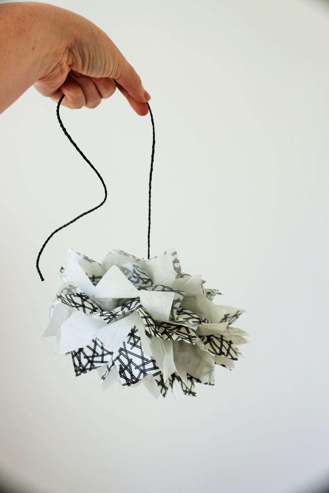 Bild: DIY PomPoms, mit dieser einfachen Anleitung PomPoms aus Servietten selber machen, gefunden auf www.partystories.de
