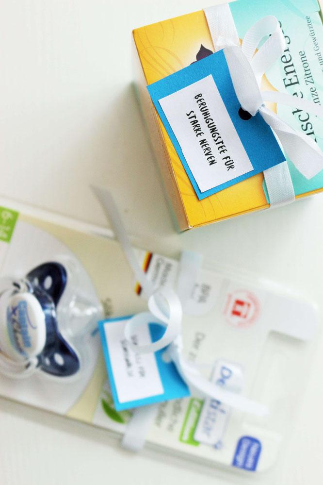 Bild: Eine kreative Alternative zur Windeltorte als DIY Geschenk Idee zur Schwangerschaft, für werdende Eltern oder zur Geburt selber basteln - die praktische Notfallbox für Eltern und Baby, samt Freebie Bastelvorlage; www.partystories.de