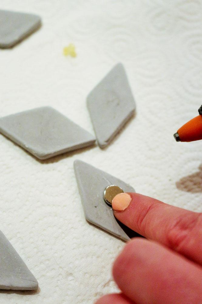 magnete selber herstellen simple freitag nach macht jeder seins broschen anhnger magnete aus. Black Bedroom Furniture Sets. Home Design Ideas