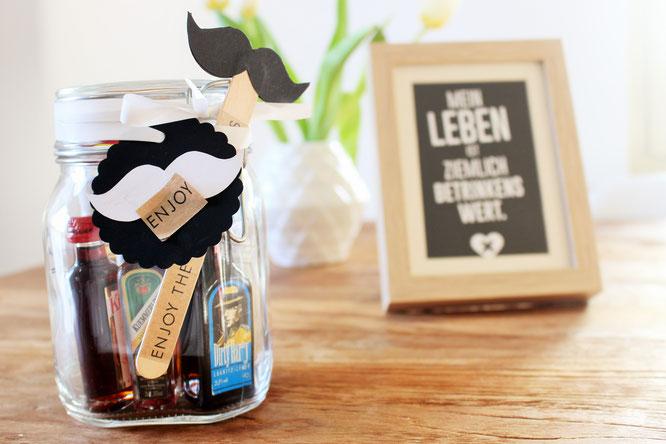 Bild: DIY Geschenk, last-minute Geschenkidee, Minibar to-go, Alkohol schön verschenken, gefunden auf Partystories.de