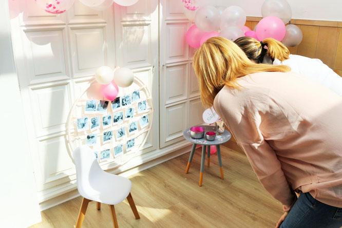 Bild: DIY Deko mit Hula Hoop Reifen und Fotos selber machen, perfekt als Dekoration zum Geburtstag, zur Hochzeit oder die Einschulung: jetzt Anleitung auf dem DIY Deko Partystyling Blog Partystories.de entdecken!