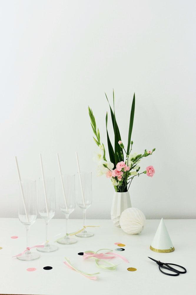 Bild: DIY Glas Dekoration  zum Geburtstag, für eine Party oder die Hochzeit - Sektgläser mit Seiden- oder Geschenkband einfach, günstig und schnell aufpeppen – perfekt für die Kuchentafel, einen Sweettable oder die Sektbar! // gefunden auf Partystories.de