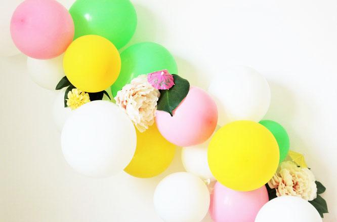 Bild: Ideen für eine Tropical Sommer Party - So einfach eine schöne tropische Party mit DIY Deko, Essen und Getränken für jeden Anlass umsetzen und feiern // tropische DIY Luftballongirlande mit Kunstblumen // www.partystories.de