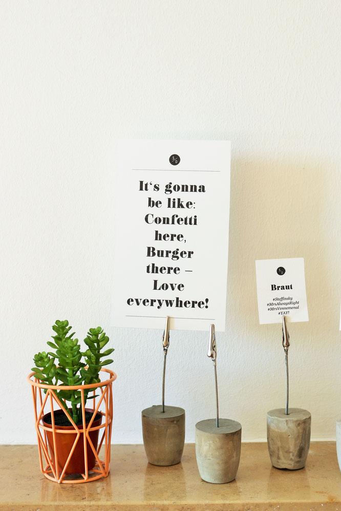Bild: DIY Halter aus Beton für die Hochzeit oder eine Party: Perfekt zum selber machen, als Gastgeschenk oder Ständer für Namensschilder, Tischnummern, Candybar und Sweet Table. Anleitung und viele weitere kreative DIY Ideen gibt's auf www.partystories.de