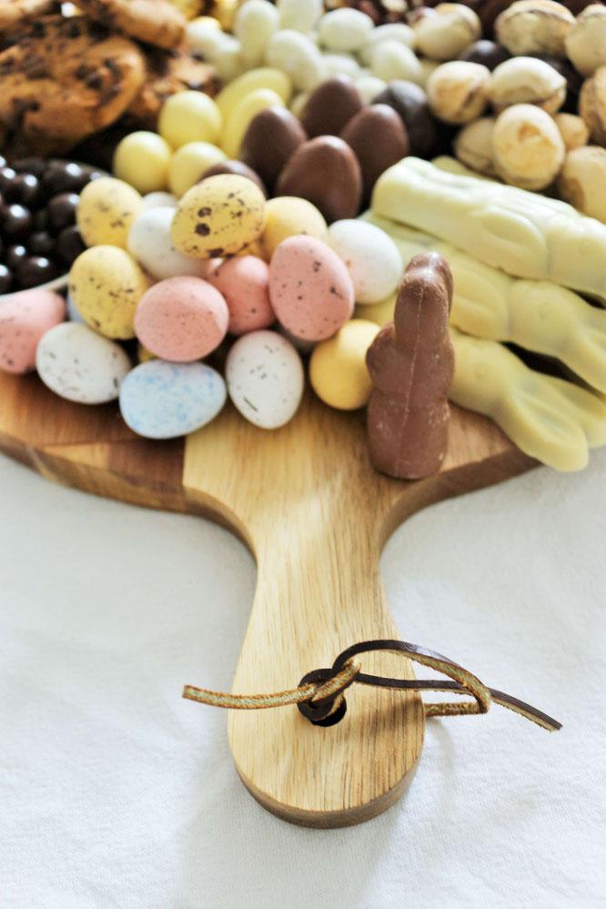 Bild: Schokolade mal anders als Grazing Platter oder Grazing Board zum Oster Brunch servieren - so geht der Food Trend der Partyplatte für Ostern! // Anleitung & Fotos von Partystories.de // #Ostern #Partyfood #Osternfeiern #Tischdeko #Osterparty #Brunch
