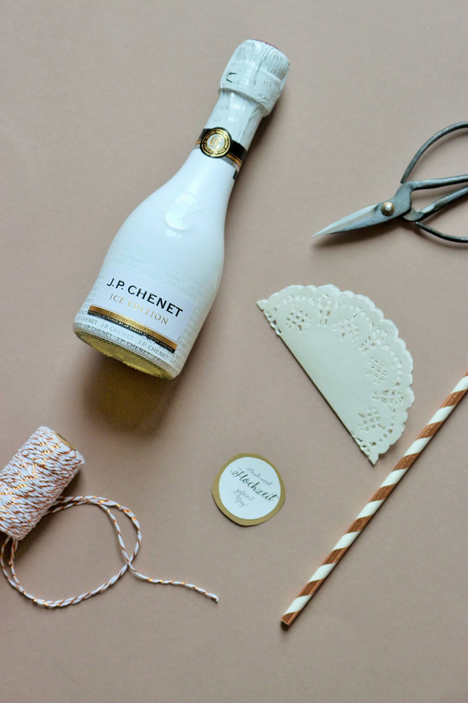 Bild: DIY Geschenk Idee für die Braut // So einfach kannst Du als Trauzeugin oder Brautjungfer einen Countdown Kalender für die Hochzeit als Geschenk an die Braut basteln; gefunden auf www.partystories.de