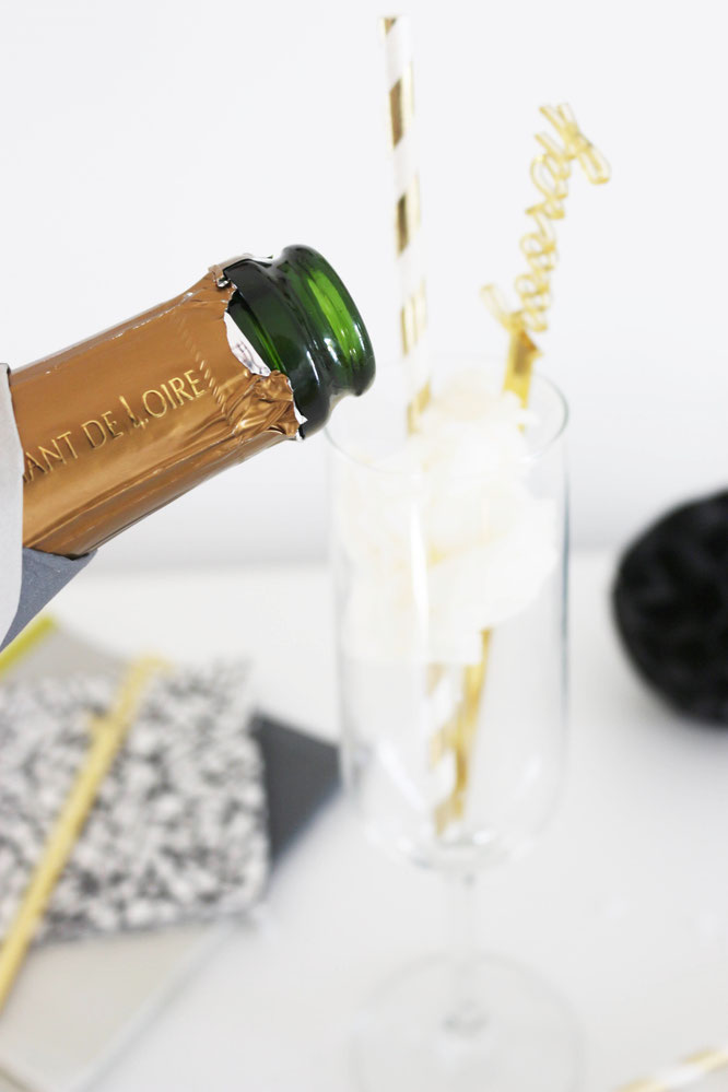 Bild: Cotton Candy Cocktail, Sekt, Prosecco und Crémant mal anders? Probiere diesen Aperitif mit Zuckerwatte, perfekt für die Briadal Shower, den JGA, die Hochzeit, für Silvester und Parties mit den Mädels, gefunden auf www.partystories.de