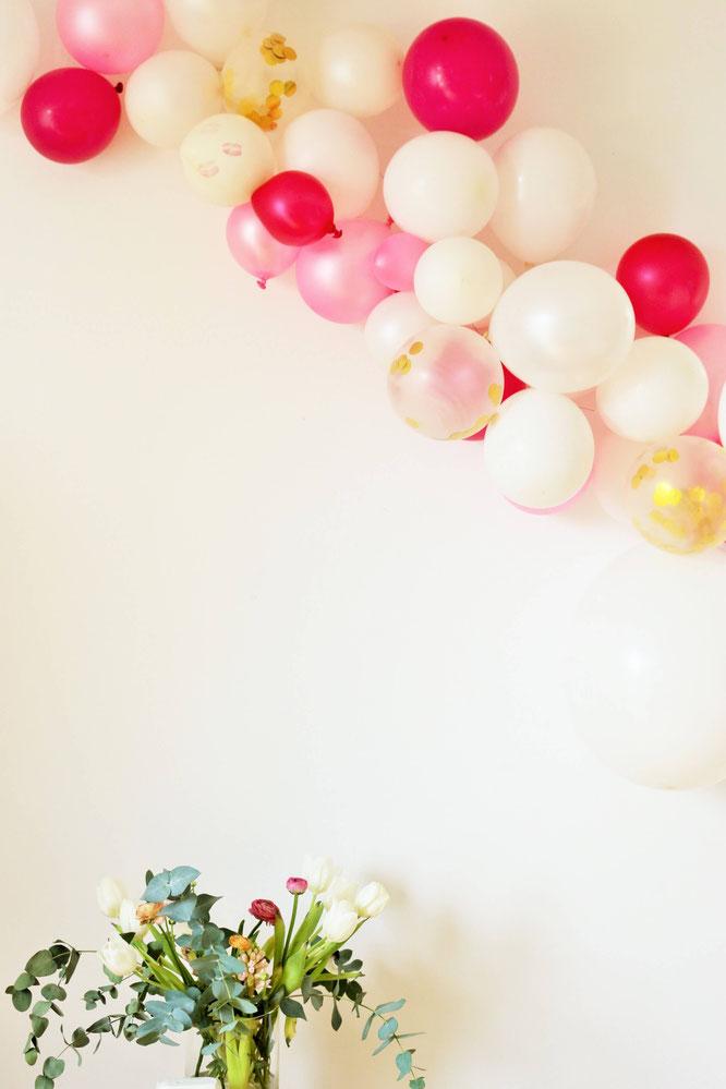 Bild: DIY Luftballon Girlande // So einfach kannst Du angesagte Deko mit Luftballons für deine Party, die Hochzeit, den Geburtstag, den JGA, die Bridalshower, die Babyparty und für jeden anderen Anlass selber machen! gefunden auf www.partystories.de