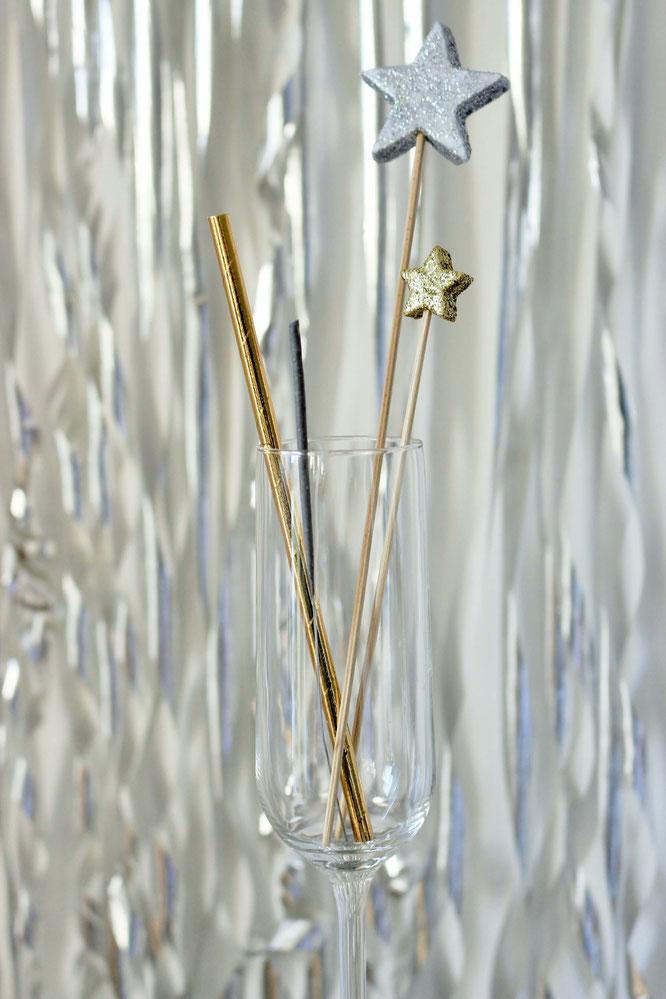 Bild: DIY Party Deko mit Styropor Sternen für Weihnachten, Silvester oder eine Winter Hochzeit selber basteln - mit dieser Idee für Cocktailstäbchen, Kuchentopper und Foodtopper aus Sternen am Spieß; gefunden auf www.partystories.de