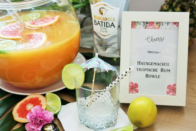 Bild: Ideen für eine Tropical Sommer Party - So einfach eine schöne tropische Party mit DIY Deko, Essen und Getränken für jeden Anlass umsetzen und feiern // tropische Bowle mit Rum und Früchten // www.partystories.de