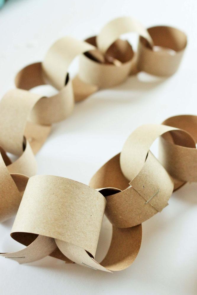 Bild: DIY last-minute Party Deko Girlande basteln - so einfach und schnell kannst Du eine schöne Girlande aus Papier für die Party oder Hochzeit selber machen; gefunden auf www.partystories.de