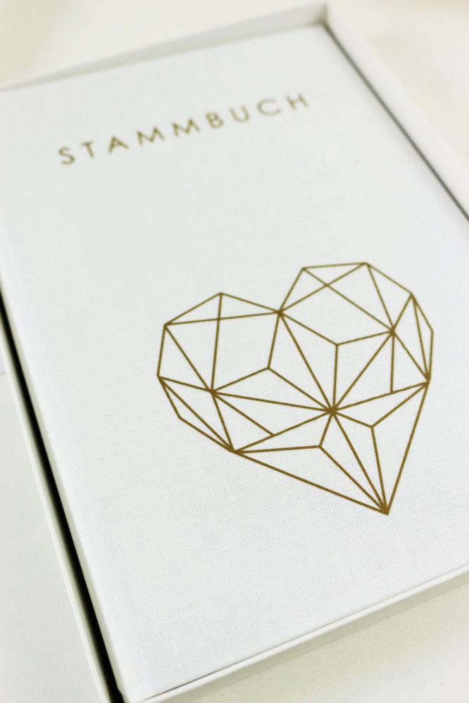 Bild: DIY Brautkalender- finde Ideen für einen Braut Countdown Kalender als Geschenk zum selber machen, mit Tipps zum Befüllen und Verpackungsideen // gefunden auf www.partystories.de // #diyHochzeit #Brautkalender #geschenkidee #stammbuch