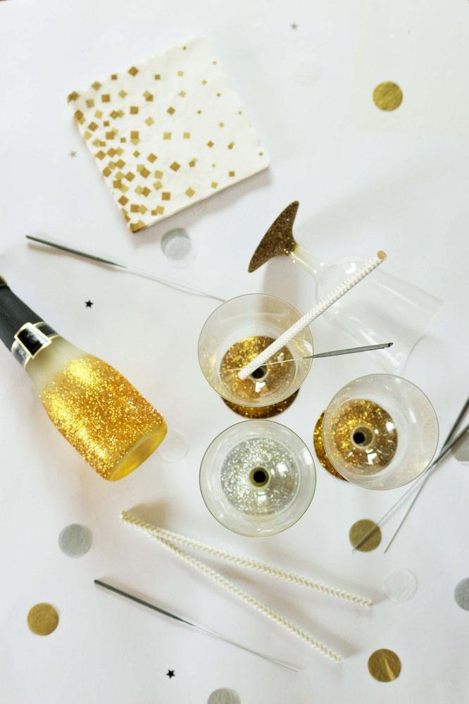 Bild: DIY Party Deko mit Glitzer - so einfach und schnell kannst Du Party Becher mit Glitzer für jeden Anlass selber machen. Diese und noch mehr Party- & Hochzeitsideen gibt's auf www.partystories.de