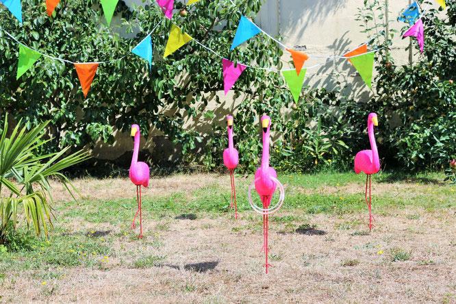 Bild: Flamingo Ringe werfen Party Spiel Idee – das Partyspiel für Erwachsene und Kinder, perfekt für eine Sommerparty, Gartenparty, Grillparty oder den Geburtstag im Garten! Jetzt auf www.partystories.de entdecken