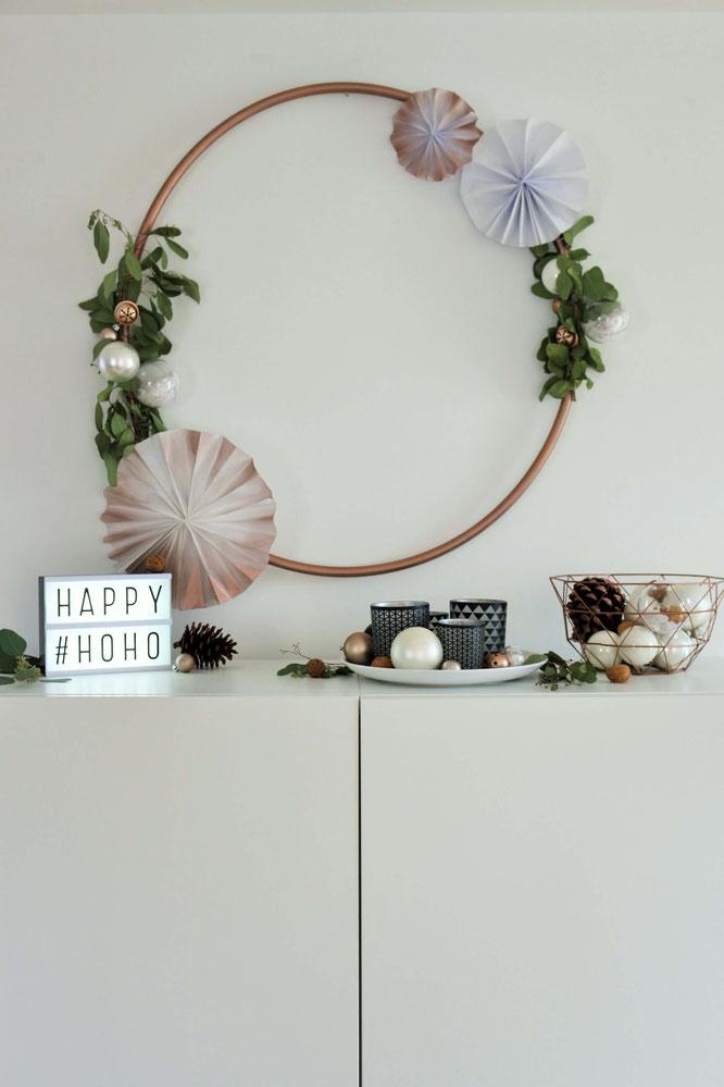 Bild: DIY Hula Hoop Reifen Deko für Advent und Weihnachten - mit dieser Schritt-für-Schritt Anleitung kannst Du den angesagten Deko Trend mit Hula Hoop Reifen ganz einfach selber machen und dekorieren; gefunden auf www.partystories.de