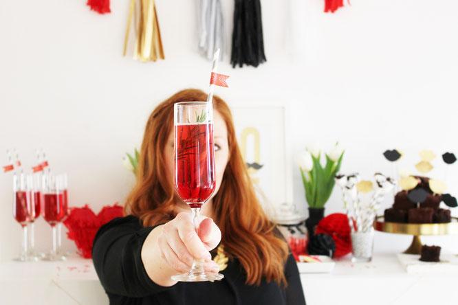 Bild: Valentinstag Partydeko, Sweet Table und Candybar zum Valentinstag, Galentinesday feiern, gefunden auf Partystories.de