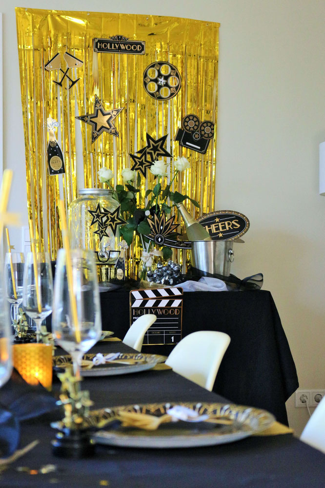 Bild: Ideen für eine Hollywood Motto Party zum Geburtstag oder im Great Gatsby Stil für Silvester, Hollywood Dekoration Ideen für eine Mottoparty von Partystories.de mit Party.de // #Hollywoodparty #Silvesterparty #Geburtstagsparty #GreatGatsbyparty