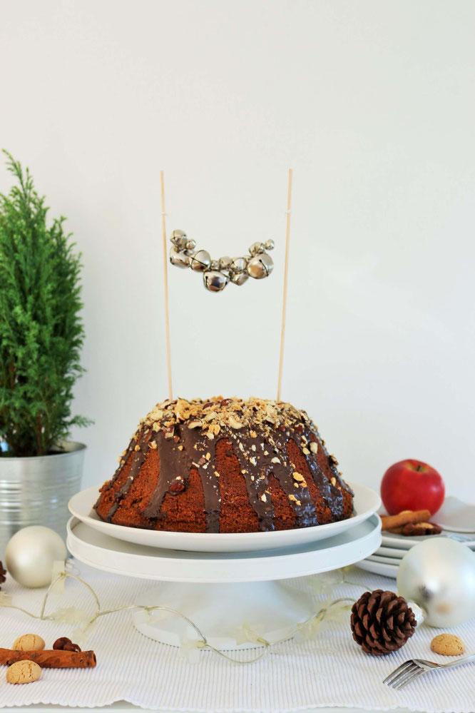 Bild: DIY Kuchen Topper - mit dieser Anleitung kannst Du Caketopper als Kuchendeko für Advent und Weihnachten aus Weihnachtskugeln und Glöckchen ganz einfach selber machen; gefunden auf www.partystories.de