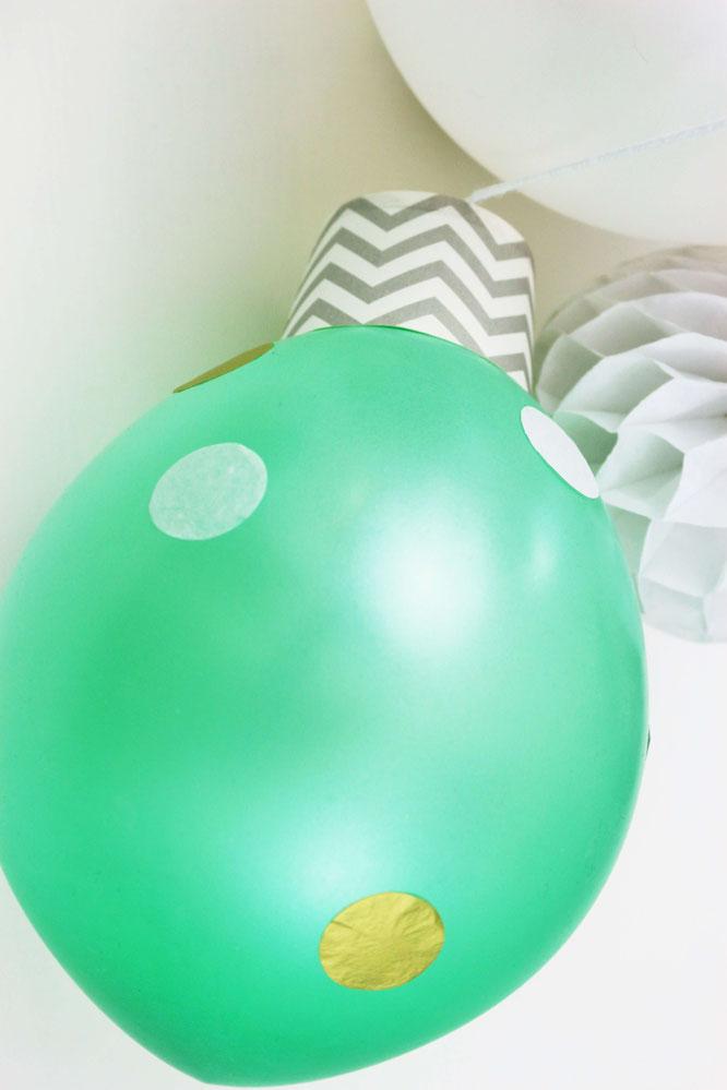 Bild: Weihnachtsdekoration aus Luftballons ganz einfach selber machen - mit Luftballons, Muffinförchen oder Pappbechern und Konfetti, schöne Deko für Weihnachten oder die Silvesterparty von Partystories.de // #diydeko #adventsdeko #silvester #adventsparty