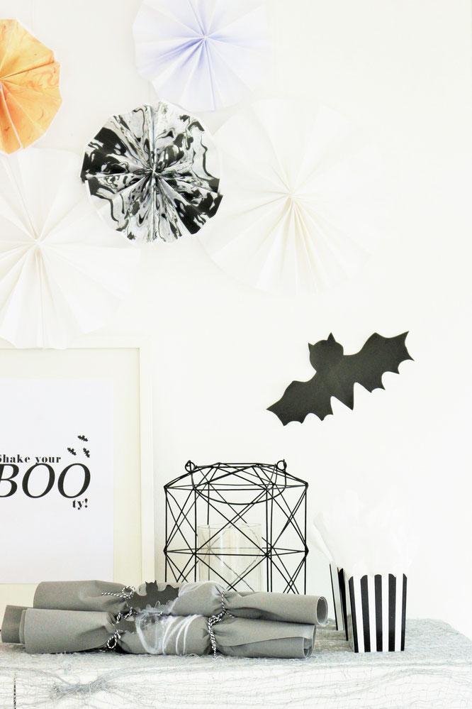 Bild: Halloween Deko- und Bastelvorlage - Mit diesem Freebie Poster zum kostenlosen runterladen ganz schnell deine Halloweenparty dekorieren, gefunden auf www.partystories.de