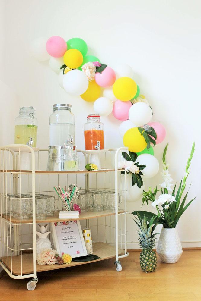 Bild: Ideen für eine Tropical Sommer Party - So einfach eine schöne tropische Party mit DIY Deko, Essen und Getränken für jeden Anlass umsetzen und feiern // Limobar und Getränkestation mit Luftballongirlande als Deko // www.partystories.de