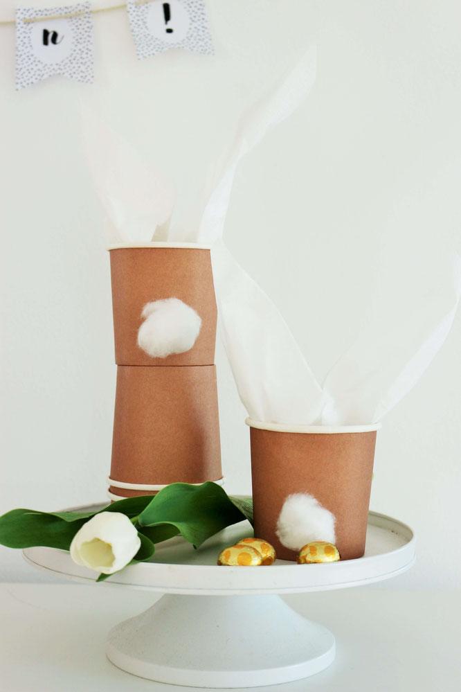 Bild: Schöne Verpackung für Ostern selber machen - Mit dieser DIY Verpackungsidee kannst Du aus Pappbechern und Servietten schöne Ostergeschenke ganz einfach selber basteln; gefunden auf www.partystories.de (enthält Werbung für miomodo)